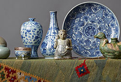 En samling asiatisk keramik och mattor E478